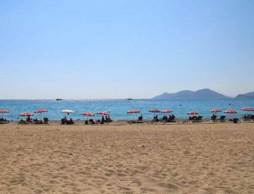 Живописный песчаный пляж Ортакент в Турции