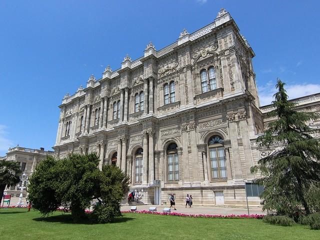 Дворец Долмабахче в Стамбуле и одна из самых красивых мечетей