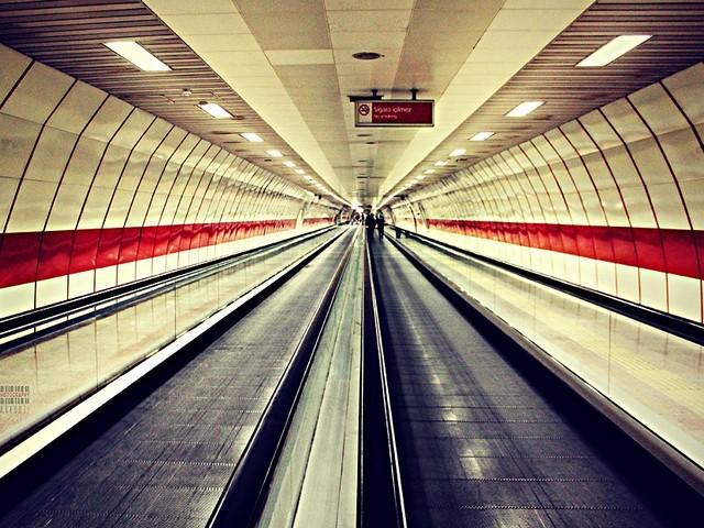 Один из самых популярных и удобных видов транспорта в Стамбуле - метро