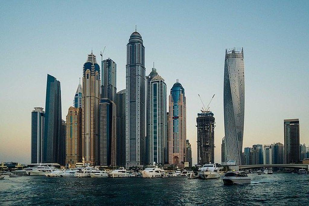 Желтые скоростные лодки в Дубае, фото